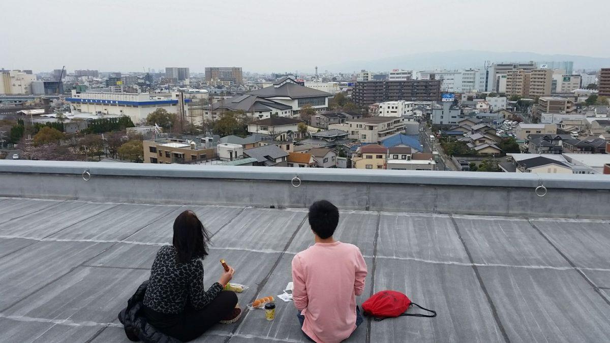 Sur le toit à Osaka